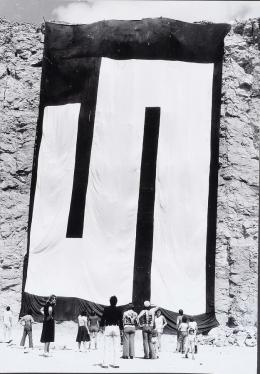 """Julije Knifer, """"Arbeitsprozess, Tübingen"""", 1975,  aus einer 10-teiligen Fotoserie, 21 × 29,7 cm, 1977, Schenkung des Künstlers, © Bildrecht Wien, 2020"""