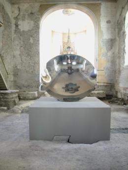 Eine der besten Installationen in der Johanniterkirche: Mirror Dish von Anish Kapoor (© Rudolf Sagmeister)
