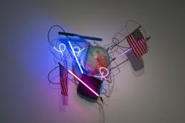 "Keith Sonnier, ""USA: War of the Worlds"", 2004, Neon, gefundene Objekte, Trafo, 121.9 x 121.9 x 71.1 cm, Foto: © Caterina Verde, Courtesy of the Artist."