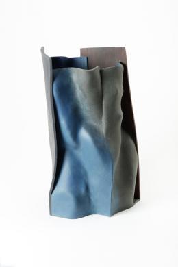 """Ken Eastman """"Falling into place""""  Hamnish bei Leominster/Herefordshire (Großbritannien ), 2014  Steinzeug, aus geschnittenen und verformten Platten  gebaut, montiert, mit Oxyden und Engoben  bemalt  H 55,5 cm, B 35 cm, T 29 cm  Schenkung von L. Reimers, 2015"""