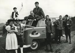 Kern Buam auf großer Österreich-Tournee mit dem ersten Bus, 1962,  links hinten: Fritz Edtmaier, links vorne: Jodlerduo Louis Kerschbaumer und Hilde Meixner Fotograf/in unbekannt, Privatbesitz Hotel Kern Buam