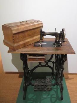 Nähmaschine der Firma Haid & Neu, Karlsruhe. Foto: J. Berl; © Stadtmuseum Karlsruhe