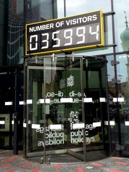 """Superflex, """"Number of Visitors"""", Kunsthaus Graz, 2019,  Foto: Universalmuseum Joanneum/L. Trichtel"""