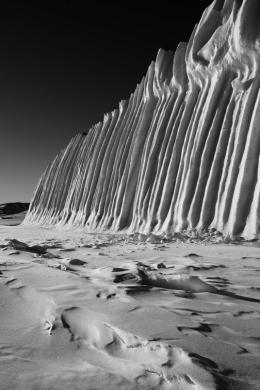 Fridolin Walcher, 40 m hoher Eisberg in Qaanaaq, Kohlepigment auf Innova Cotton natural white, 150 x 100 cm, Edition 5 + 2, Courtesy of the artist