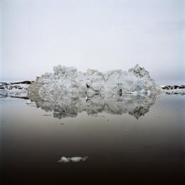 Fridolin Walcher, Ilulissat, Nordwestgrînland. Zerfallender Eisberg, Farbpigment auf Innova Cotton natural white, 100 x 100 cm, Edition 5 + 2, Courtesy of the artist