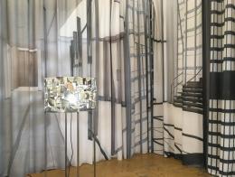 aus der Serie »Mies«, Installation (Vorhang und Lampe), 2017