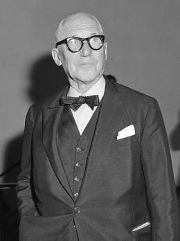 Le Corbusier 1964 im Amsterdamer Stedelijk Museum (Foto: Joop van Bilsen/ CC0 1.0)