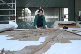 Restauratorin Charlotte Holzer mit ihrem großen Projekt: dem Lilienthalgleiter. Foto: Deutsches Museum