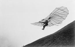 Otto Lilienthal beim abheben mit dem Gleiter von seinem Fliegeberg.  Foto: Deutsches Museum