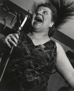 Lisette Model, Sängerin im Metropole Cafe, New York City, 1946, Silbergelatineabzug, Albertina, Wien   © 2021 Estate of Lisette Model / Courtesy Baudoin Lebon Gallery, Paris and Keitelman Gallery, Brussels
