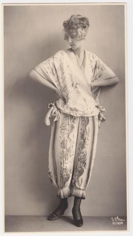 Atelier d'Ora: Ein Morgengewand der Wiener Werkstätte, entworfen von Eduard Josef Wimmer-Wisgrill, 1919 (Abzug später). Sammlung Frank, Landesgalerie Linz; © Oö. Landesmuseum