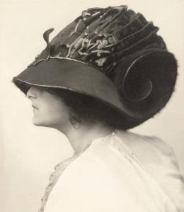 Atelier d'Ora: Helene Jamrich trägt ein Hutmodell des Hauses Zwieback, entworfen von Rudolf Krieser, 1910 (Abzug später), Silbergelatinepapier, 17 x 15 cm, Sammlung Frank, Landesgalerie Linz. © Oö. Landesmuseum