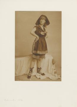 """Atelier d'Ora: Modeaufnahme Badeanzug (Frl. Schreiber) für """"Die Damenwelt"""", 1917, Mattalbumin, 21 x 14,3 cm, Sammlung Frank, Landesgalerie Linz. © Oö. Landesmuseum"""