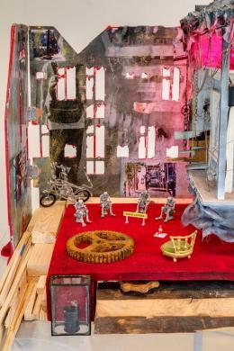 Mathis Altmann, The Bleeding Edge (Detail), 2018 Wood, metal, plastic, flock, airbrush, paper, glitter, laser, LEDs, mirror, miniatures 156 x 96 x 78 cm Foto: Romain Darnaud