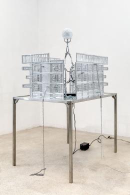 Mathis Altmann, Collabcore , 2018 Aluminium, stainless steel, mirror, rotary display, LED 177 x 125 x 90 cm Foto: Romains Darnaud