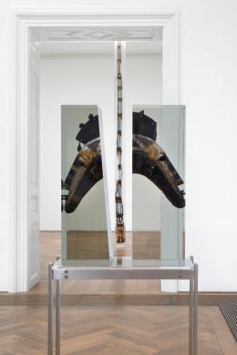 Matthew Angelo Harrison, Installationsansicht, Proto , Kunsthalle Basel, 2021, Blick auf, Masks for Manhood, 2021 (vorne), und, Celestial Tower, 2021 (hinten). Foto: Philipp Hänger / Kunsthalle Basel