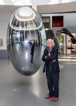 Ingo Maurer mit Pendulum, 2019. Foto: Stephan Görlich