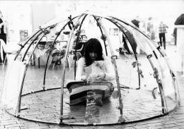 Marisa Merz in einem Iglu von Mario Merz, Fünfte Internationale Kunstmesse Berlin, 1973, Foto: Angelika Platen © 2019, ProLitteris, Zürich