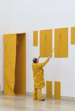 Franz Erhard Walther, Shifting Perspectives Installationsansicht, Aktivierung mit Franz Erhard Walther, Gelbe Skulptur, 1969/79 Haus der Kunst, 2020 Foto: Maximilian Geuter © VG Bild-Kunst, Bonn 2020