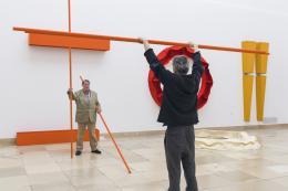 Franz Erhard Walther, Shifting Perspectives Installationsansicht, Aktivierung mit Franz Erhard Walther, Form Z, 1991 Haus der Kunst, 2020 Foto: Maximilian Geuter © VG Bild-Kunst, Bonn 2020
