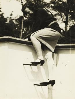 T. Lux Feininger (1910–2011): Palucca sulla casa di Lyonel Feininger, um 1928. Silbergelatinepapier, 24 x 18 cm; Galerie Kicken, Berlin. © Nachlass von T. Lux Feininger