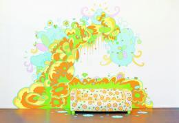 Lily van der Stokker, Delicious Plus, 2016, Acrylfarbe auf Wand, Sofa, verschiedene Materialien, ca. 450 x 340 x 120 cm, Installationsansicht Arti e Amicitiae, Amsterdam, Foto: Harm van den Berg
