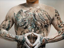 Huang Yan (geb. 1966), Chinese Landscape – Tattoo, No. 7 , datiert 1999, C-Print, 80 × 100 cm, © the artist, courtesy Fondation INK