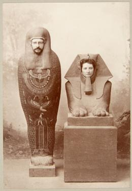 James Deering und Abby Deering Howe als Pharao und Sphinx. Wahrscheinlich Strommeyer & Heymann. Digitale Reproduktion. Ägypten, Kairo, 1880er Jahre. The Abby Deering Howe Photograph Album Collection, Vizcaya Museum and Gardens Archives | ADH026