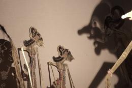 Schattenfiguren, Kriegerin Srikandi und Sumbrada, Schatten von Petruk (von links), © Eucharisteo Yosua