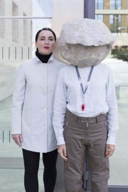 Natascha Süder Happelmann, re., und ihre Sprecherin Helene Duldung, li., vor dem Auswärtigen Amt, 2018, Foto Jasper Kettner