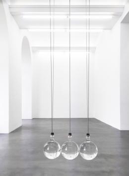 "Katja Aufleger, ""Newton's cradle"", 2013, Glas, Stahl, Schwefelsäure, Salpetersäure, Glyzerin, Gummi, ca 300 x 75 x 25 cm ©Courtesy of the artist; Galerie Stampa, Basel; Galerie Conradi, Hamburg; Foto Adamski/Berlin"