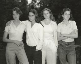 Nicholas Nixon, The Brown Sisters, New Canaan, Connecticut, 1975, Silbergelatineabzug, ca. 20,2 × 25,1 cm © Nicholas Nixon, courtesy Fraenkel Gallery, San Francisco