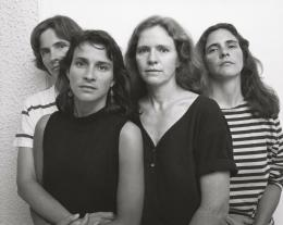 Nicholas Nixon, The Brown Sisters, Cambridge, Massachusetts, 1989, Silbergelatineabzug, ca. 20,2 × 25,1 cm © Nicholas Nixon, courtesy Fraenkel Gallery, San Francisco