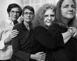 Nicholas Nixon, The Brown Sisters, Brookline, Massachusetts, 2018, Silbergelatineabzug, 19,4 × 24,1 cm © Nicholas Nixon, courtesy Fraenkel Gallery, San Francisco