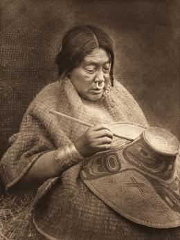 «Painting a hat – Nakoaktok» Edward S. Curtis, Fotogravur, 1914 (c) McCormick Library of Special Collections, Northwestern University Libraries