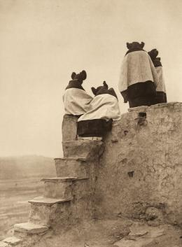 «Watching the dancers» Edward S. Curtis, Fotogravur, 1906 (c) Charles Deering McCormick Library of Special Collections, Northwestern University Libraries