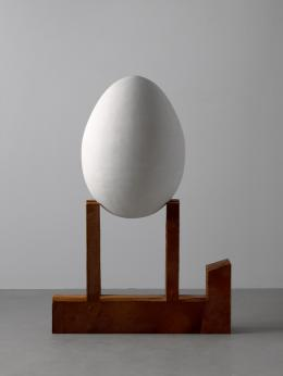"""Animal Holding Large Egg"", 1999 Holz, Hydrocal, Kuhfell, 129,5 x 90,2 x 48,3 cm, Collection Thaddaeus Ropac, London · Paris · Salzburg © Not Vital, Foto: Ulrich Ghezzi"