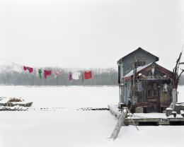 Alec Soth, Peter's Houseboat, Winona, Minnesota 2002, aus der Serie: Sleeping by the Mississippi © Alec Soth / Magnum Photos