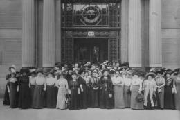 Generalversammlung des Bundes Österreichischer Frauenvereine am 13. Mai 1911 vor dem Portal der Handelskammer in Wien, Stubenring 8-10. Lechner Müller Wien (Atelier) – © Österreichische Nationalbibliothek