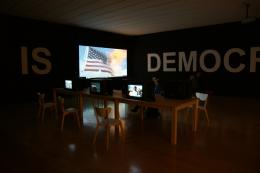 Oliver Ressler, What Is Democracy?, 8-Kanal Videoinstallation, 2009 (Installationsansicht: Biennale de Lyon, 2009),  Foto: Oliver Ressler, courtesy of the artist