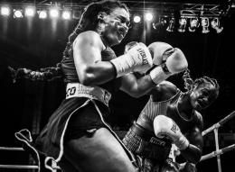 Olympiasiegerin Claressa Shields (rechts) im Boxkampf gegen Hanna Gabriels. Detroit, 22. Juli 2018. © World Press Photo, Terrell Groggins