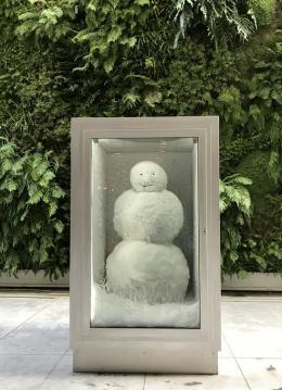 Fischli / Weiss, Schneemann, 1987 / 2017, Aluminium, Glas, Kühlkasten, Schnee, 120 x 160 x 210 cm, Courtesy of the artist © Peter Fischli, David Weiss