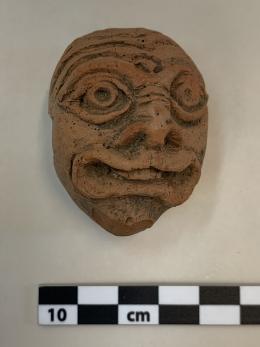 Komödienmaske Tonobjekt, 2. bis 3. Jahrhundert n. Chr. Foto: Stadtarchäologie Wien
