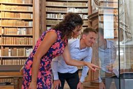 """BesucherInnen beim """"besonderen Objekt"""" im Prunksaal © Österreichische Nationalbibliothek"""