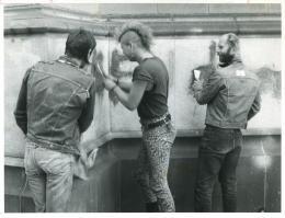 Punks entfernen Graffiti von Linzer Domfassade,  7.9.1990, OÖN Archiv, Foto: Gerhard Gruber