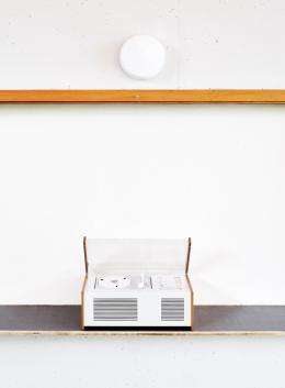 """Hans Gugelot, Radio-Phono-Kombination SK 4, genannt """"Schneewittchensarg"""". Hans Gugelot und Dieter Rams. Hersteller: Braun oHG, 1956. Foto in der Mensa des HfG-Gebäudes, Fotograf: Roman Raacke, 2020"""