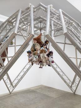 Raphaela Vogel Puppenruhe, 2019 Aluminium- traversen, Kron- leuchter, Puppen 278,5 × 344 × 347 cm Foto: Roman März Courtesy of the artist und BQ, Berlin