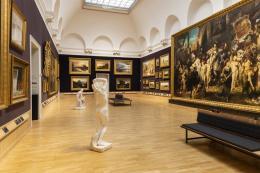 Raumansicht Makart-Saal mit dem Werk Der Einzug Karls der V. in Antwerpen, 1878, von Hans Makart (1840–1884), rechts  © Hamburger Kunsthalle / bpk Foto: Fred Dott