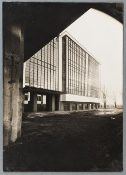 Lucia Moholy Ohne Titel (Bauhaus Dessau, Werkstattflügel von Nordosten), um 1926 Gelatinesilberpapier 22,8 x 16,2 cm Museum Ludwig, Köln © VG Bild-Kunst, Bonn 2019 Reproduktion: Rheinisches Bildarchiv Köln