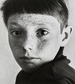 """Heinrich Riebesehl, """"Uwe"""", 13.6.1967 (aus der Serie """"Gesichter"""", 1967-1969), Aus dem Portfolio """"10 Photographien 1967-1982"""", hg. von der Galerie Kicken 2005, Silbergelatineabzug, 34 x 30,5 cm, Kunstpalast Düsseldorf, © VG Bild-Kunst, Bonn, 2020"""